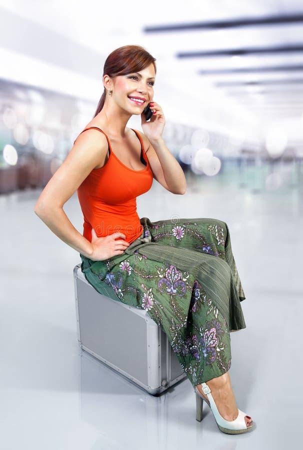 Mulher no aeroporto l imagem de stock