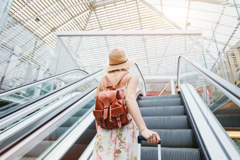 Mulher no aeroporto moderno, pessoa que viaja com bagagem fotografia de stock royalty free