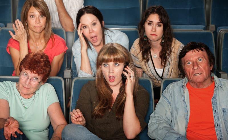 Mulher no atendimento de telefone no teatro imagem de stock royalty free