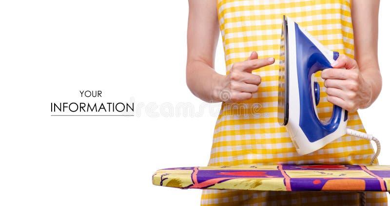 Mulher no avental com teste padrão da tábua de passar a ferro do ferro à disposição fotos de stock