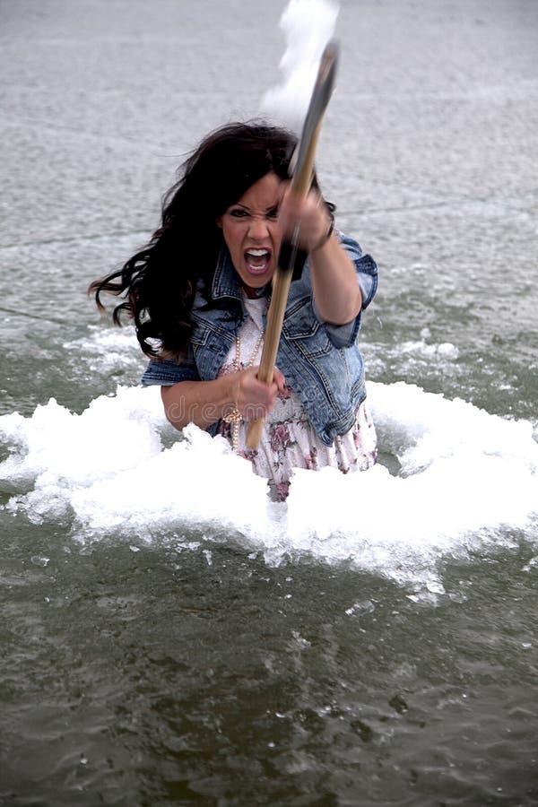 Mulher no balanço do sorriso do furo do gelo imagens de stock