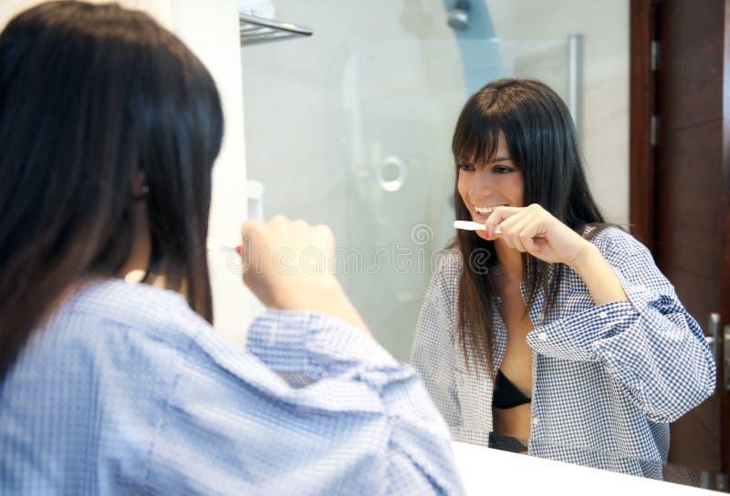 Mulher no banheiro foto de stock