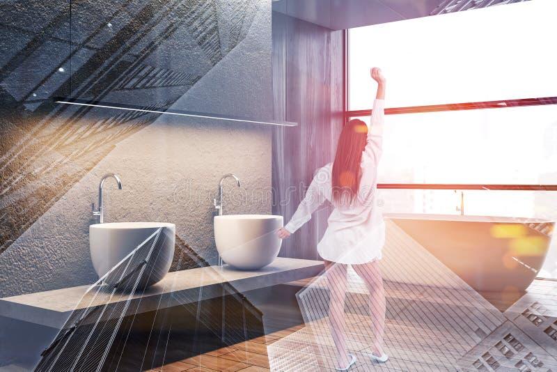 Mulher no banheiro concreto e de madeira imagens de stock