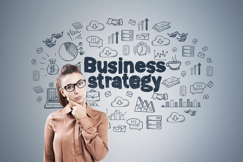 Mulher no bege e na estratégia empresarial imagem de stock