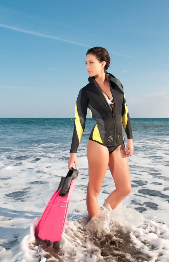 Mulher no beira-mar após o mergulho imagens de stock royalty free