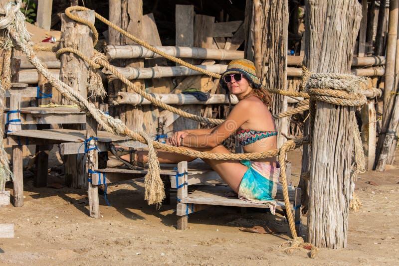 Mulher no biquini amarelo que encontra-se na praia tropical em Seychelles fotos de stock