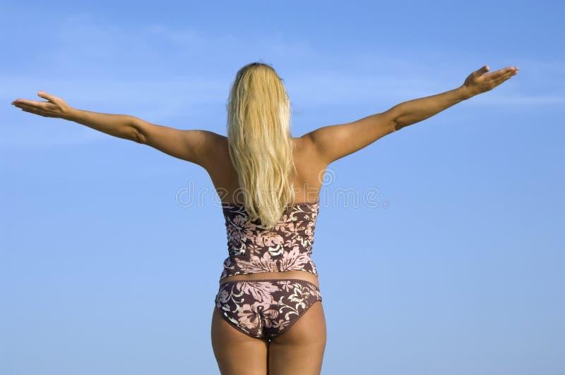 Mulher no biquini com mãos levantadas fotos de stock royalty free