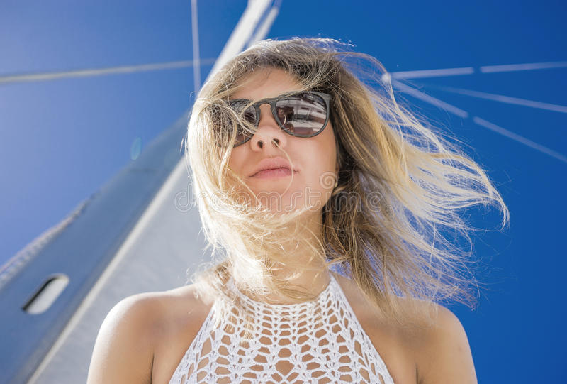 Mulher no biquini em um veleiro foto de stock royalty free