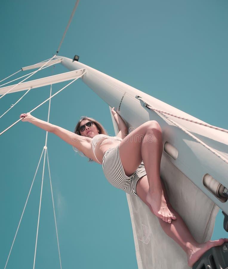 Mulher no biquini em um veleiro fotos de stock