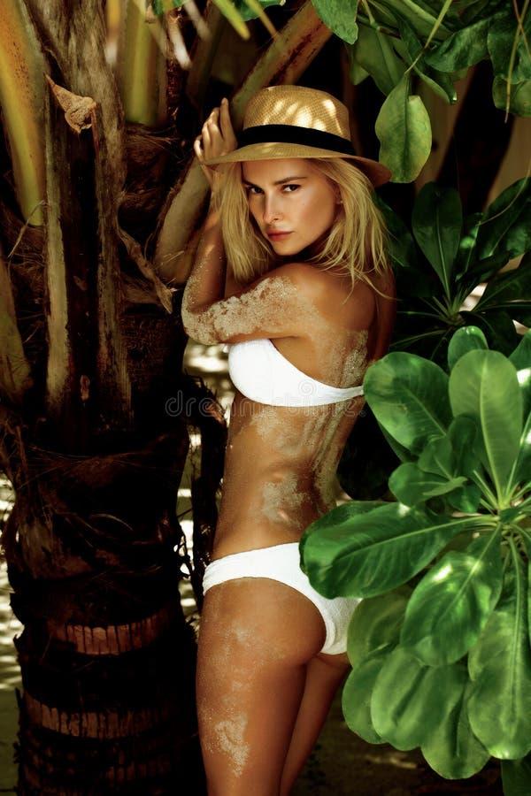 Mulher no biquini em uma praia tropical com palmeiras imagens de stock royalty free
