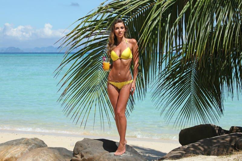 Mulher no biquini na praia imagens de stock