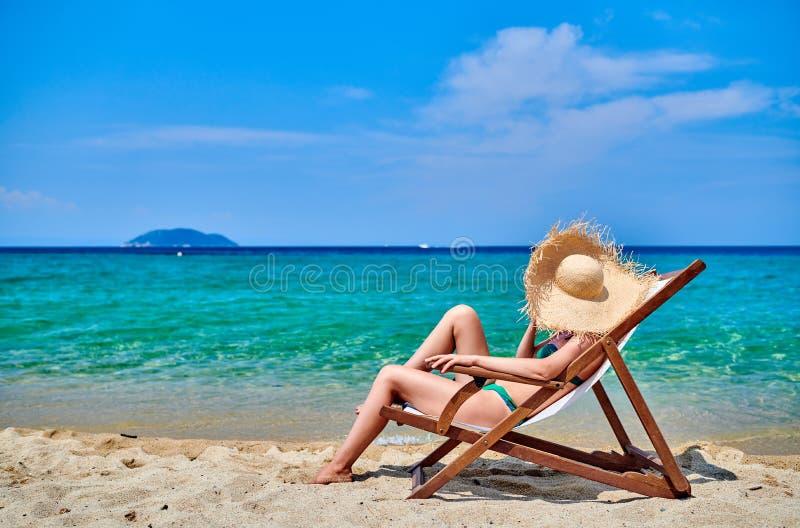 Mulher no biquini na praia imagem de stock