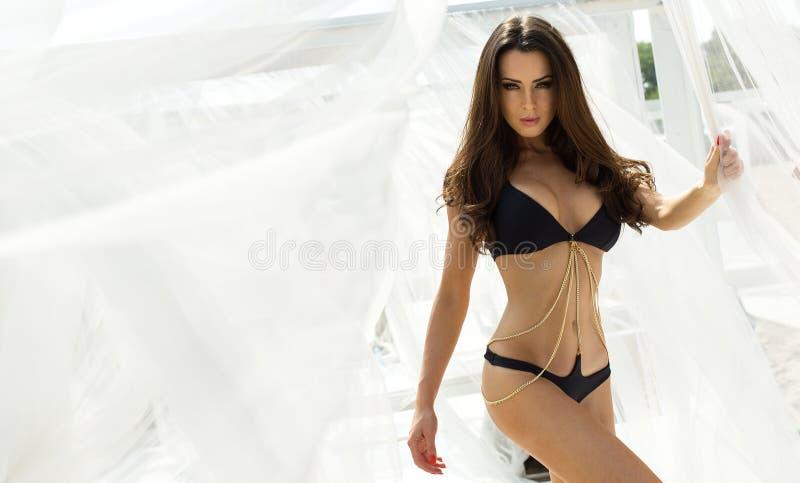 Mulher no biquini preto fotos de stock royalty free