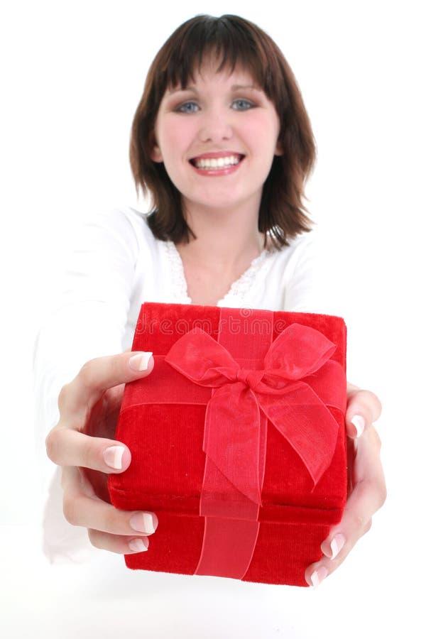 Mulher no branco com a caixa de presente vermelha fotografia de stock