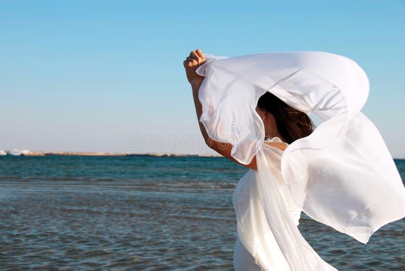 Mulher no branco no beira-mar imagens de stock