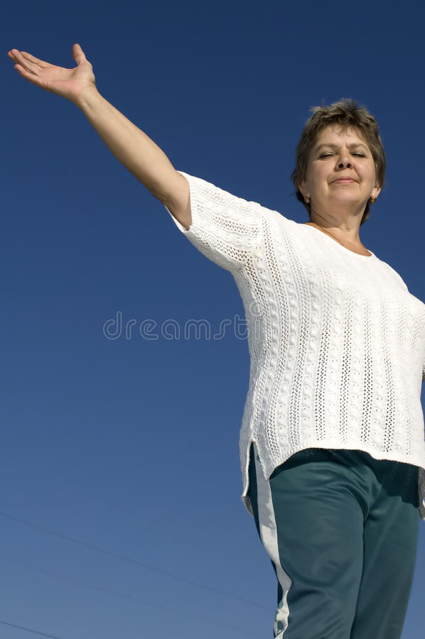 Mulher no céu azul foto de stock royalty free