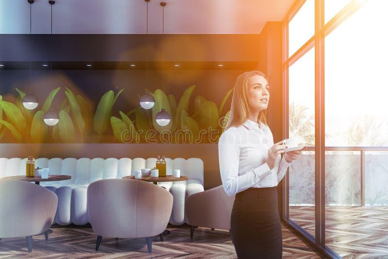 Mulher no café cinzento do estilo da natureza imagem de stock royalty free