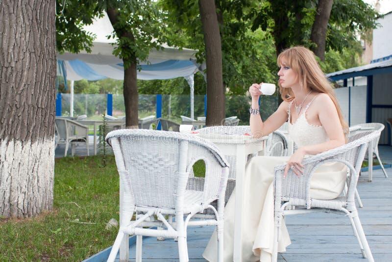 A mulher no café do verão imagem de stock royalty free