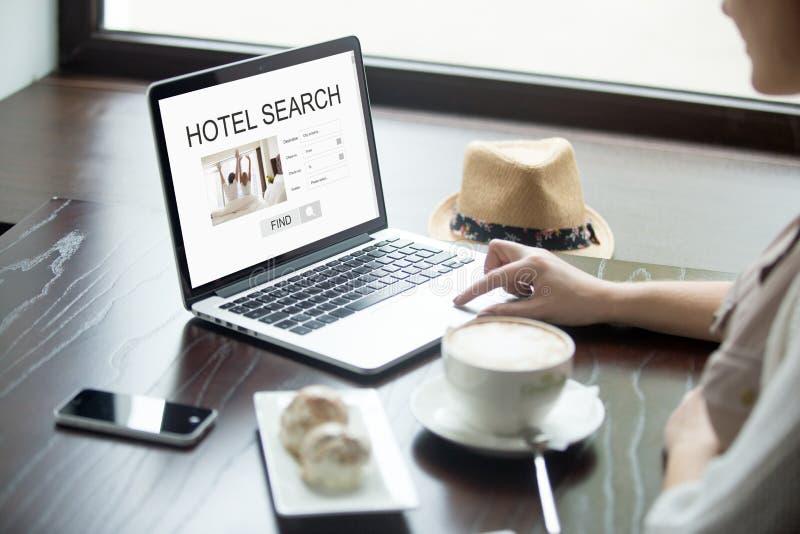 Mulher no café que procura pelo hotel no portátil, férias planeando imagem de stock