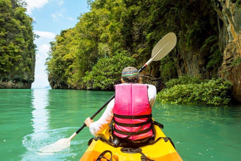 Mulher no caiaque na lagoa tropical calma Koh Hong fotos de stock