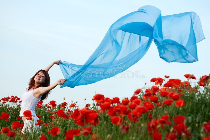 Mulher no campo da papoila imagens de stock royalty free
