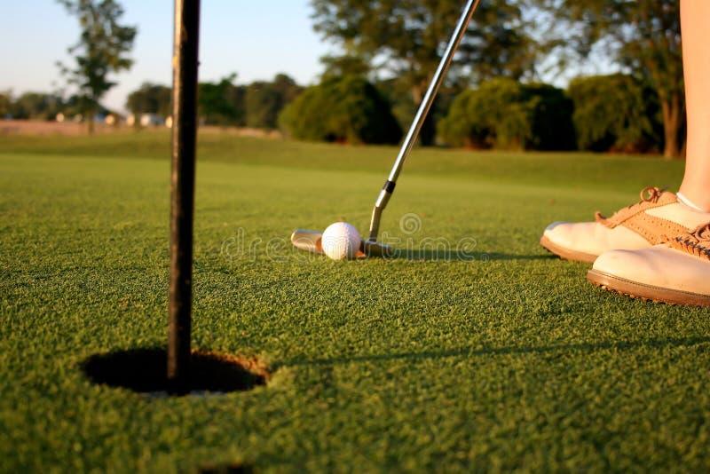 Mulher no campo de golfe fotos de stock