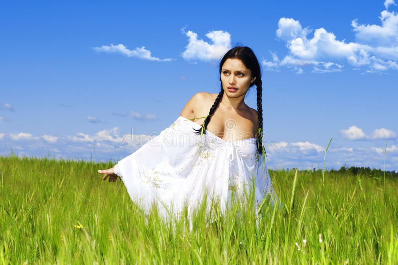 Mulher no campo do centeio fotografia de stock