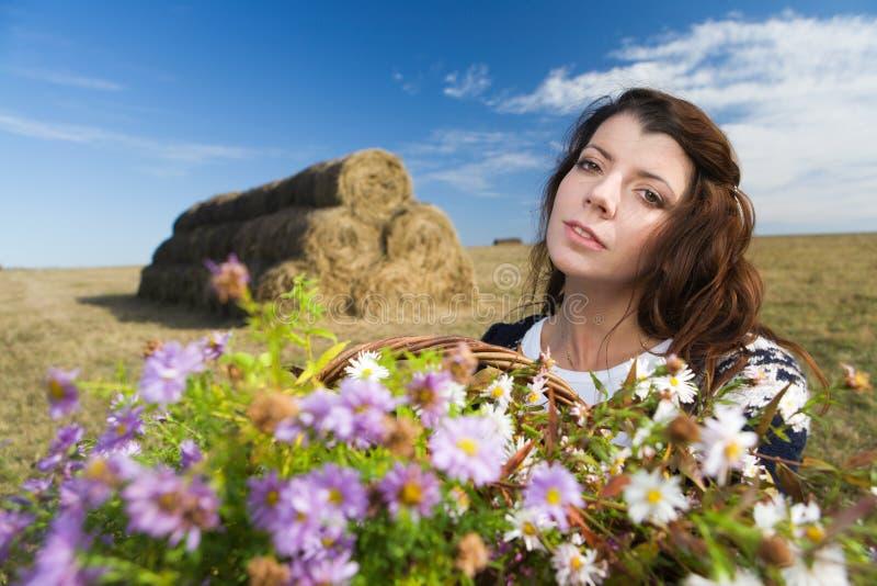 Mulher no campo do outono fotos de stock
