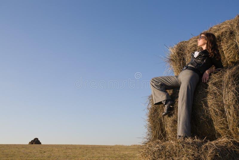Mulher no campo do outono fotos de stock royalty free