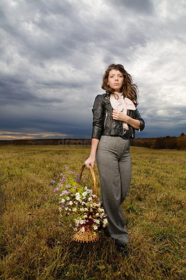 Mulher no campo do outono foto de stock royalty free