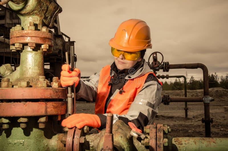 Mulher no campo petrolífero imagem de stock royalty free