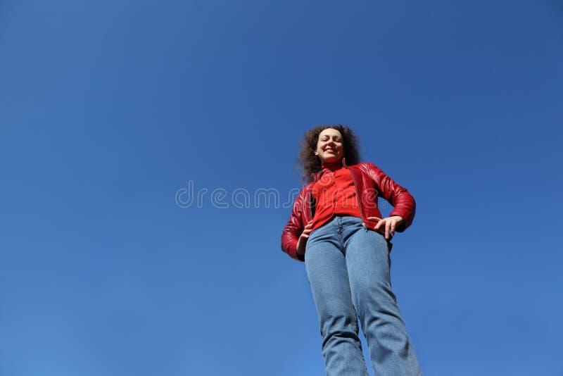 Mulher no carrinho vermelho do revestimento e da calças de ganga imagens de stock royalty free