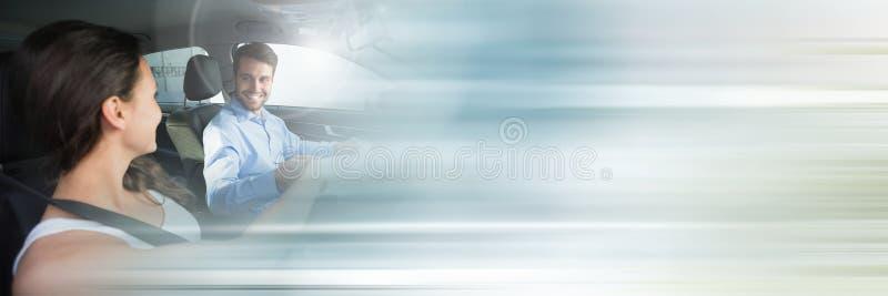 Mulher no carro que faz lições de condução com transição foto de stock