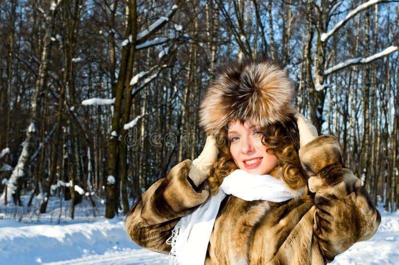 Mulher no casaco de pele imagens de stock royalty free