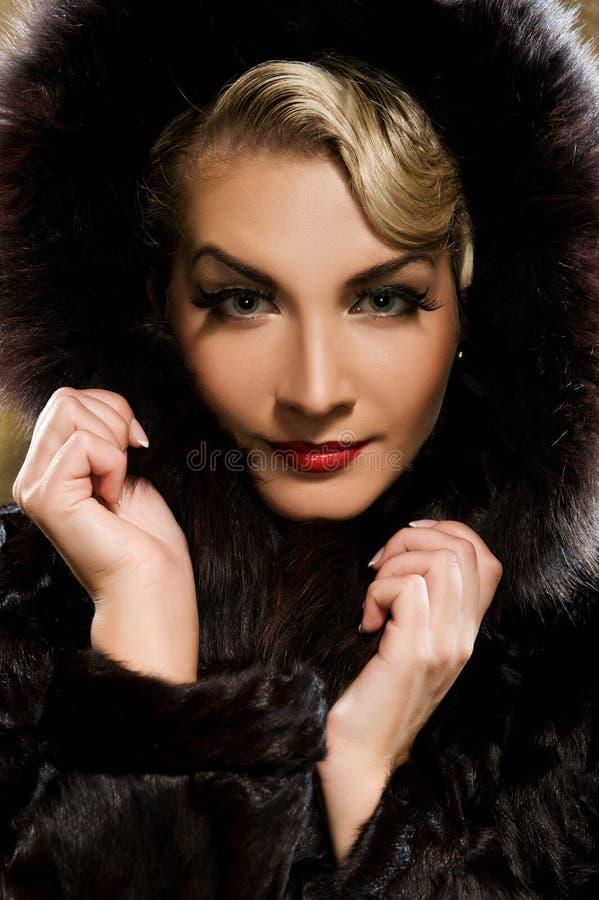 Mulher no casaco de pele do inverno foto de stock