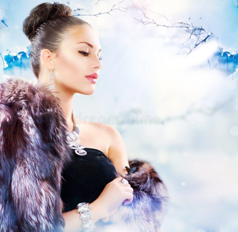 Mulher no casaco de pele luxuoso imagens de stock