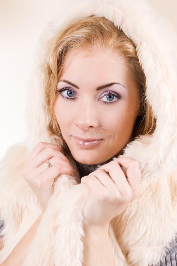 Mulher no casaco de pele marrom fotos de stock royalty free