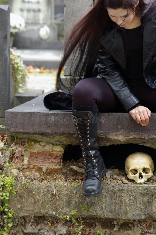 Mulher no cemitério fotografia de stock