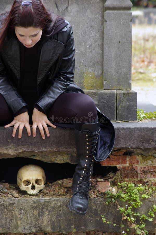 Mulher no cemitério imagem de stock