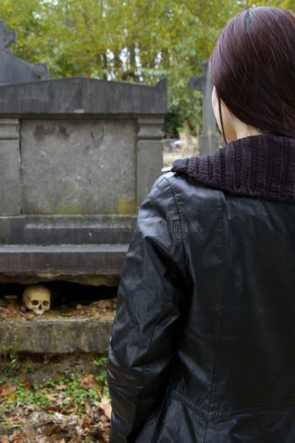 Mulher no cemitério imagem de stock royalty free