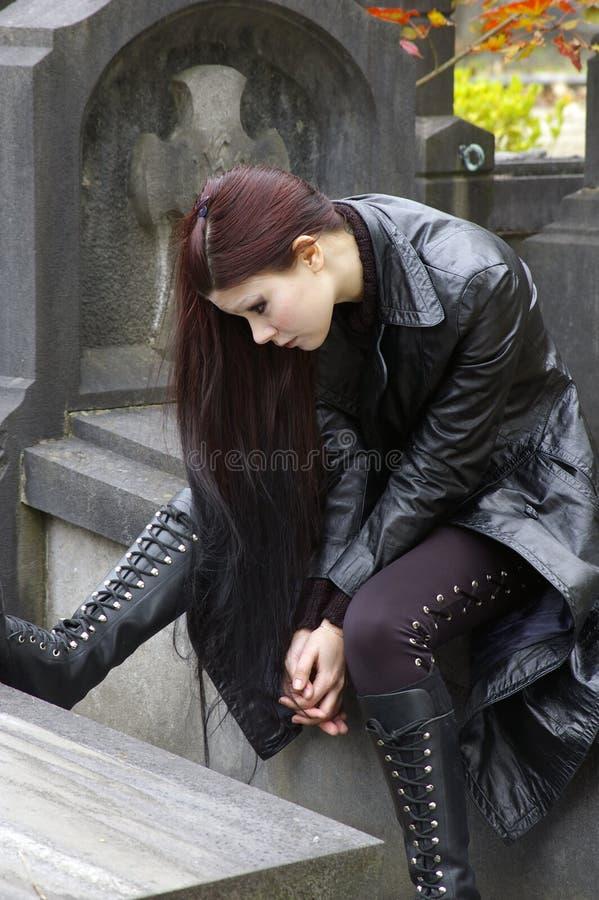 Mulher no cemitério fotografia de stock royalty free