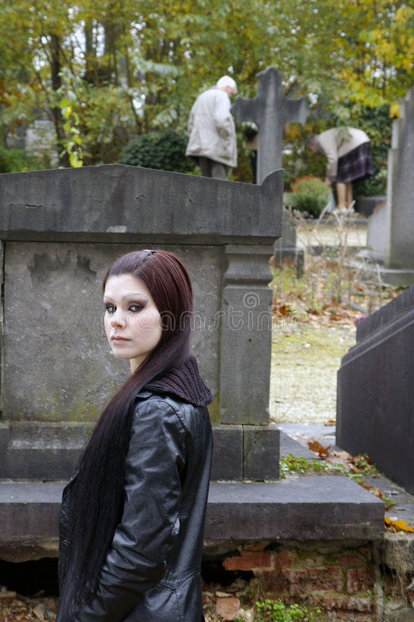 Mulher no cemitério fotos de stock