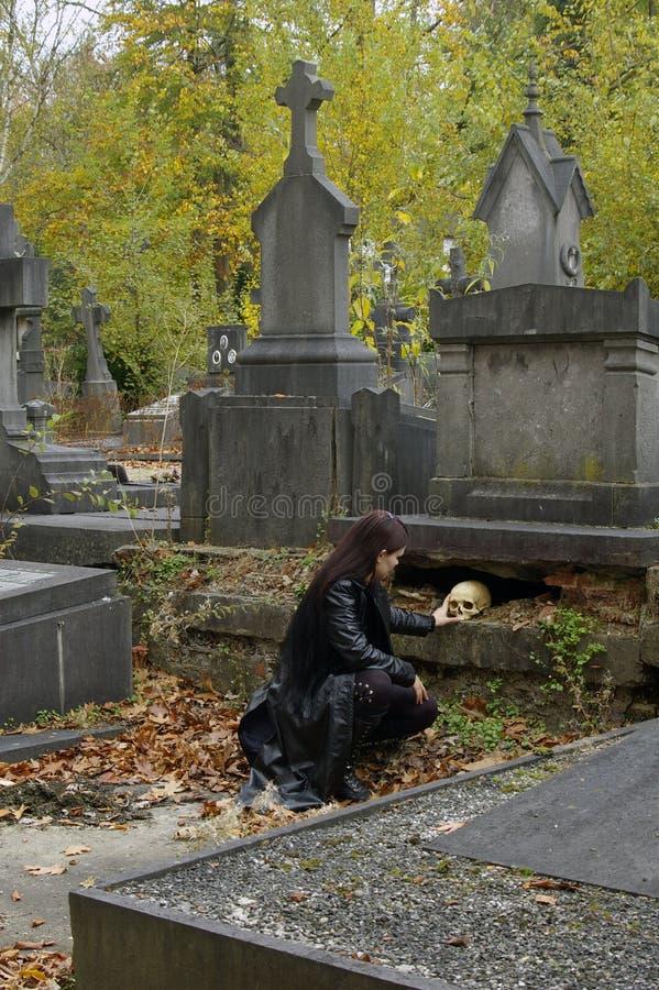 Mulher no cemitério foto de stock royalty free