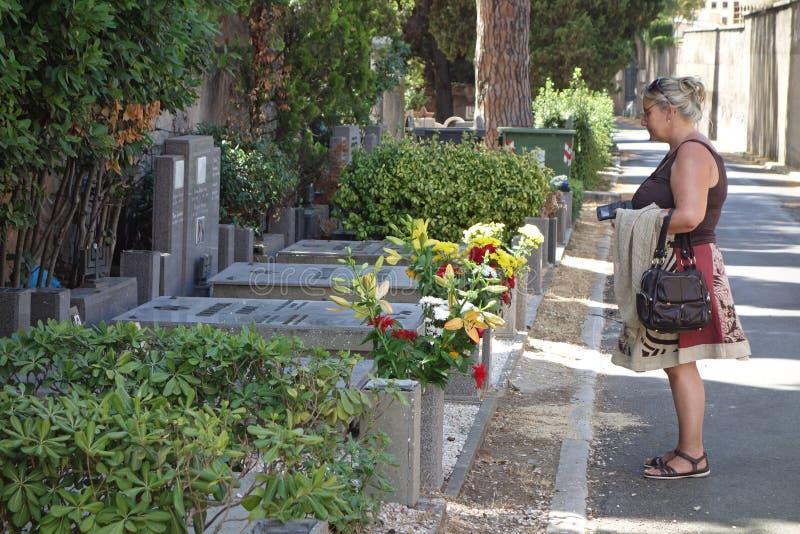 Mulher no cemitério judaico imagens de stock