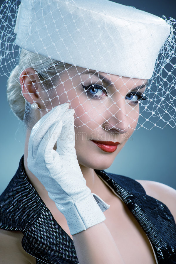Mulher no chapéu branco com véu líquido imagem de stock royalty free