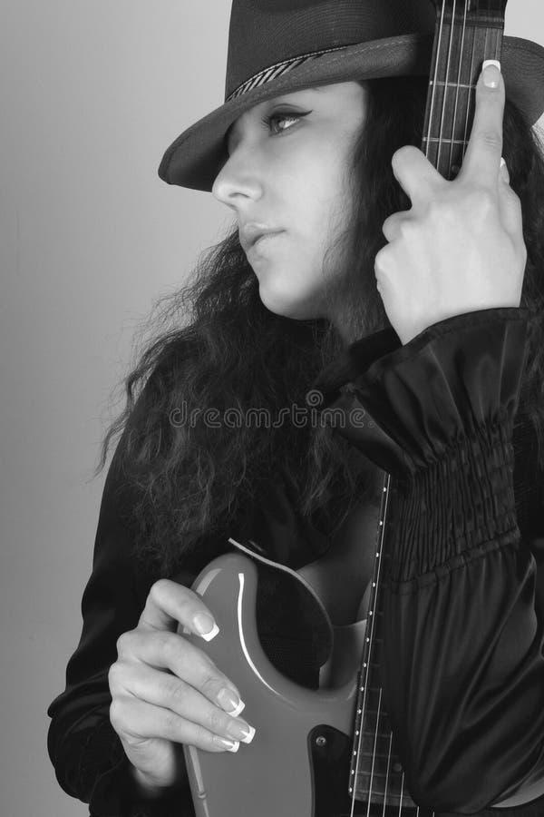 Mulher no chapéu com guitarra fotos de stock