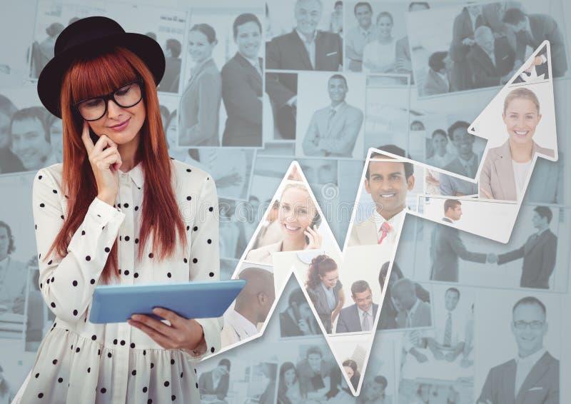 Mulher no chapéu com a tabuleta contra imagens dos executivos e da seta fotos de stock royalty free