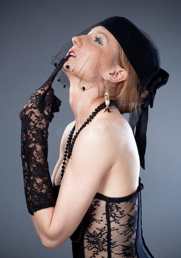 Mulher no chapéu com véu e roupa interior imagens de stock