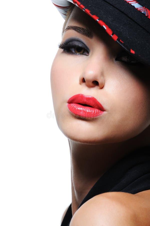 Mulher no chapéu da forma com os bordos vermelhos brilhantes fotos de stock royalty free