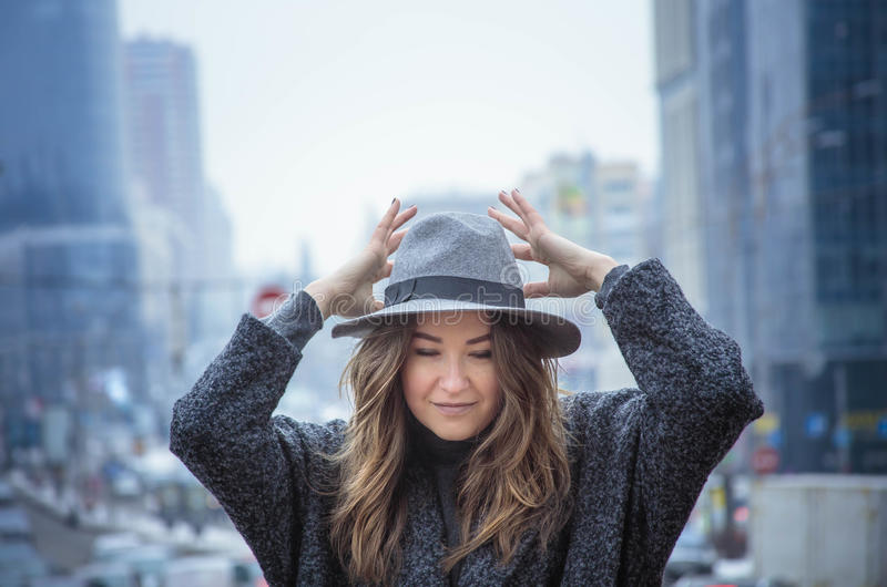 Mulher no chapéu de feltro cinzento, caminhada enjoing da cidade, exterior foto de stock